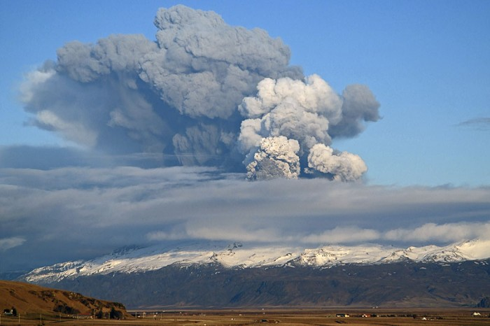 http://mediaparasite.free.fr/wp-content/uploads/eyjafjallajokull-ash_emission-700x466.jpg
