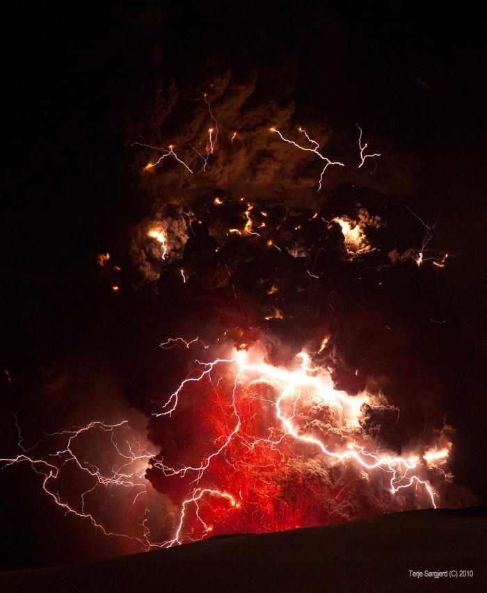 eyjafjallajokull-fire_in_the_sky-700x853